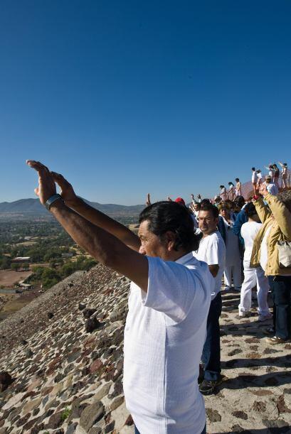 Para celebrar el Equinoccio se reúnen millares de personas a la z...