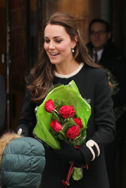 En cambio Kate, era todo sonrisas, recibía el saludo y las flores de la...