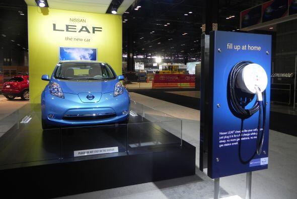 El LEAF se puede recargar en ocho horas en una conexión de 110 voltios e...