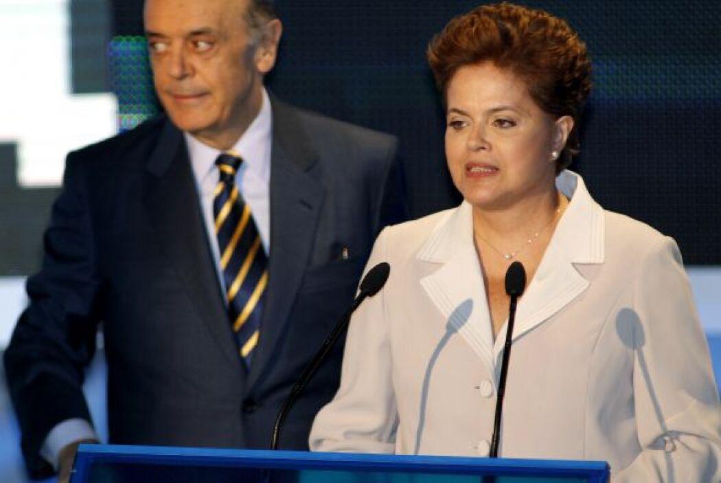La candidata oficialista brasileña Dilma Rousseff y el opositor José Ser...