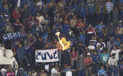Aficionados en el Estadio Azteca durante el partido entre América...