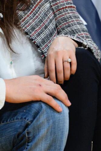 Aquí podemos ver el pequeño detallito de Ashton para su amada, ¿qué les...