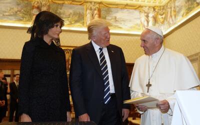 El papa francisco (d), junto a Donald Trump (c) y Melania Trump (i).