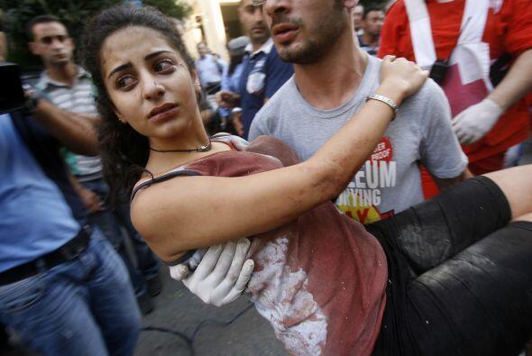 Al menos tres personas murieron y más de cien resultaron heridas, según...