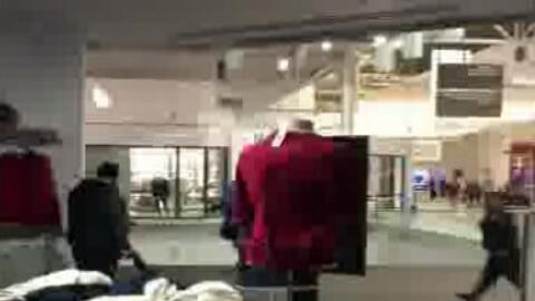 Pánico entre compradores por supuesto tiroteo dentro del centro comercia...