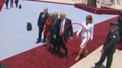 Melania Trump le quita la mano a Donald Trump.