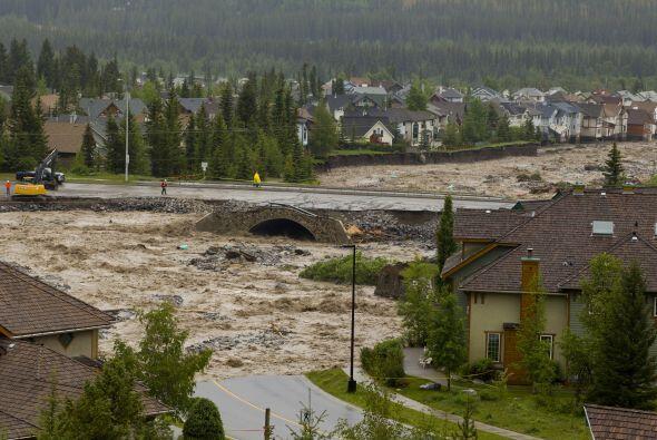 La fuerza de las aguas provocó la ruptura de un gasoducto que tra...