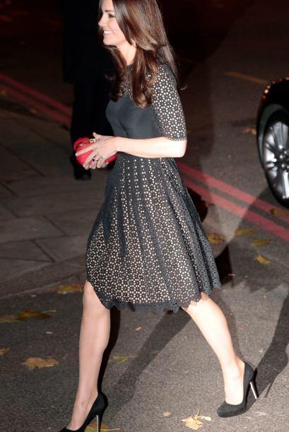 Un vestido negro de encaje con algunas sutiles transparencias fue el pro...