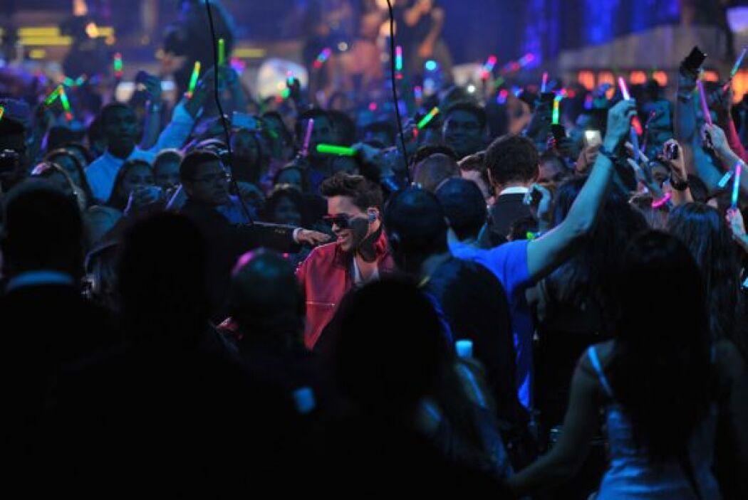 Prince Royce se dejó consentir por sus fans luego de interpretar su tema...