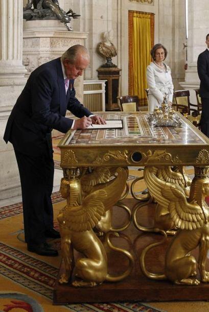 El Rey Juan Carlos, en presencia de la Reina Sofía y los Pr...