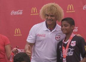 Carlos Valderrama estuvo en Miami realizando una clínica de niños junto...
