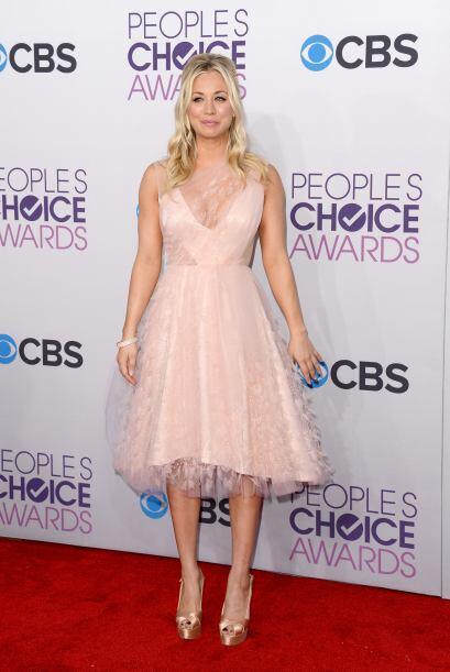 Kaley Cuoco se presentó con un vestido color durazno de Christian Sirian...