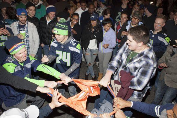 En Seattle, los fanáticos de los Seahawks estallan de felicidad.
