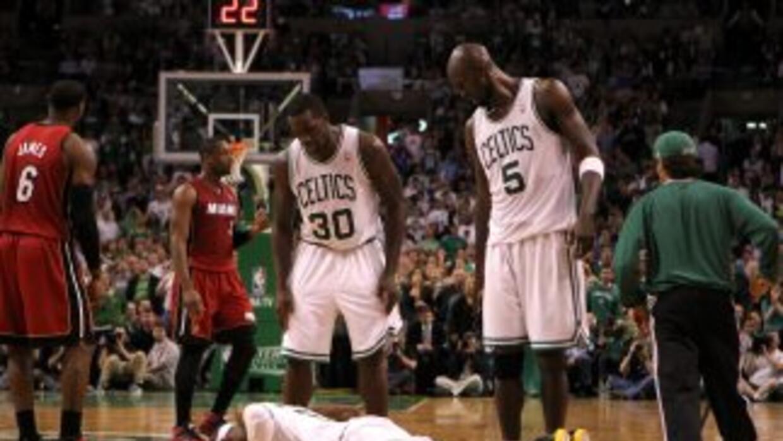 Rajon Rondo de los Celtics hacia planchas en el tabloncillo después de c...
