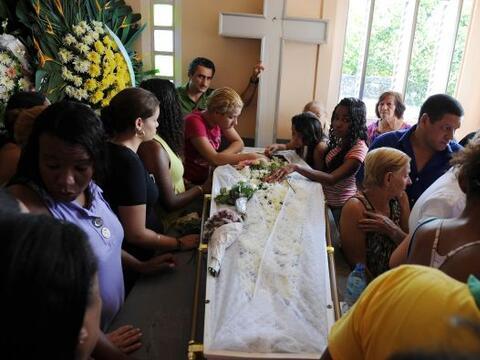 En Brasil se realizaron los primeros entierros de las víctimas qu...