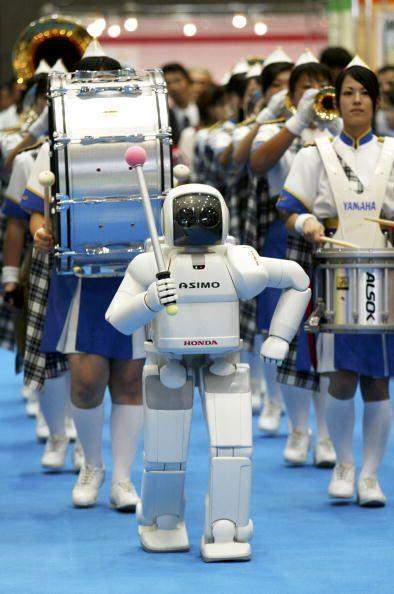 ASIMO cuenta con varios sensores para reconocer su entorno.