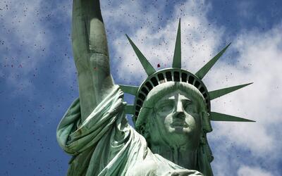 'Bienvenidos refugiados', mensaje publicado en la base de la Estatua de...
