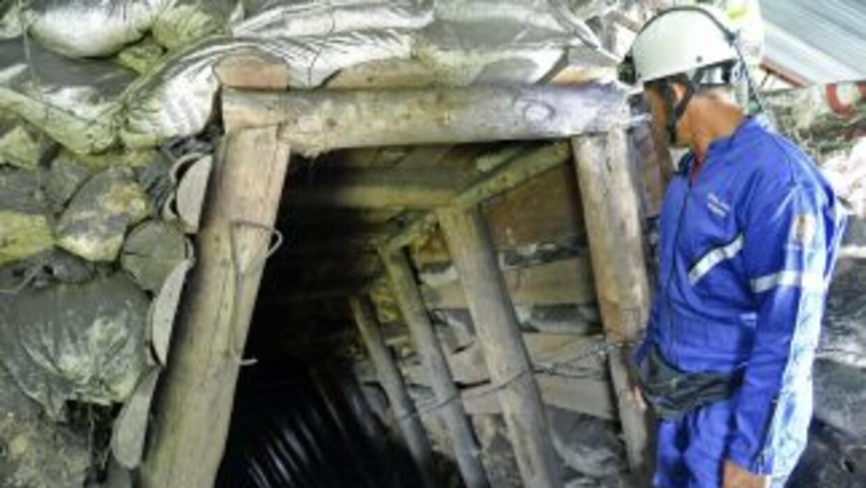 Un rescatista en la entrada de la mina donde se produjo la tragedia en C...