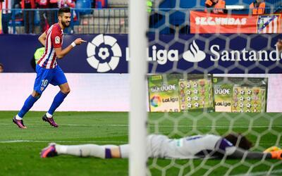 Ochoa yace postrado sobre el césped del Vicente Calderón.