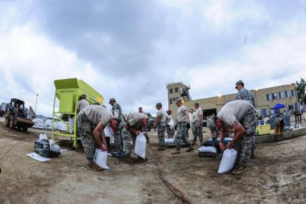Miembros del Ejército y de la Guardia Nacional trabajan contrarreloj par...