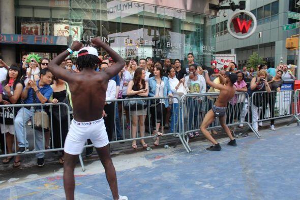 Dos hombres bailan durante el Día Nacional de la Ropa Interior en Time S...