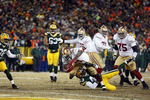 Frank Gore cargó con los acarreos entre los tackles, corriendo con el ba...