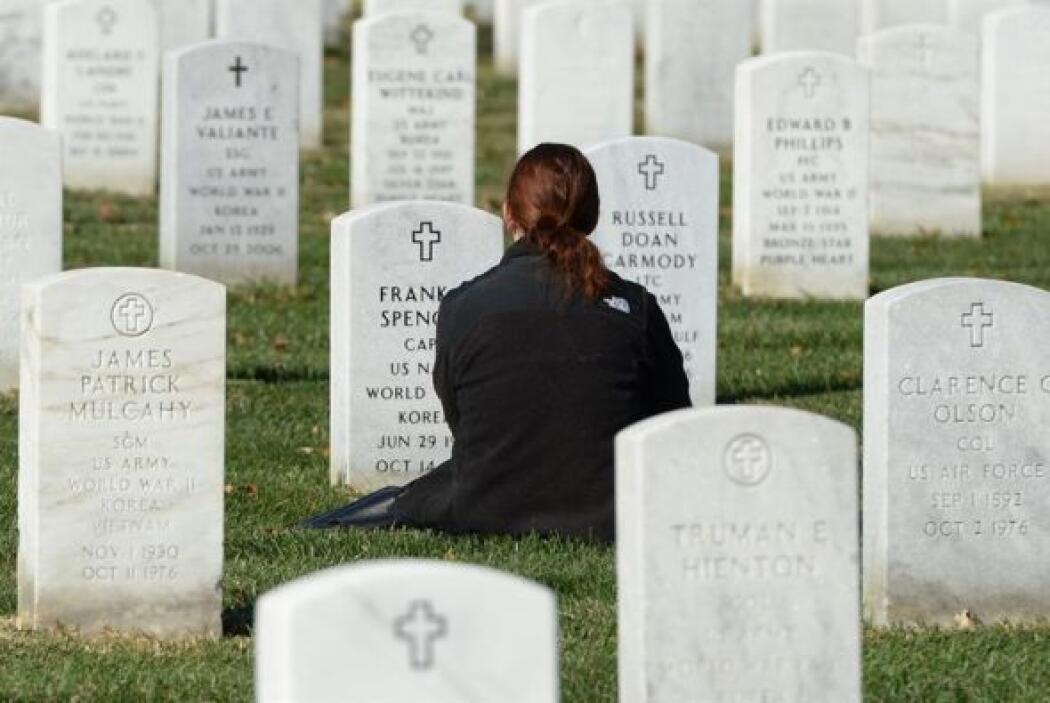 Addison Spencer visita la tumba de su abuelo, el veterano de la Segunda...