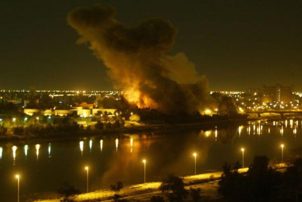 Pero luego, en marzo de 2003, le llegó el turno a Irak. Bush ordenó la i...