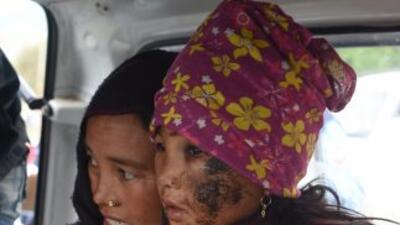 Una mujer residente del poblado de Pokhara, cerca del epicentro del terr...