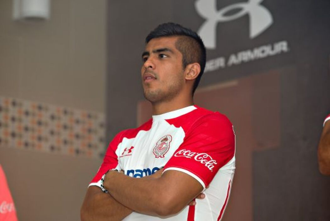 Toluca presentó su nueva línea de uniformes para el Apertura 2014 donde...