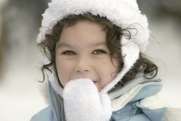 Elige mitones. Ponerles guantes a los niños pequeños puede ser difícil,...
