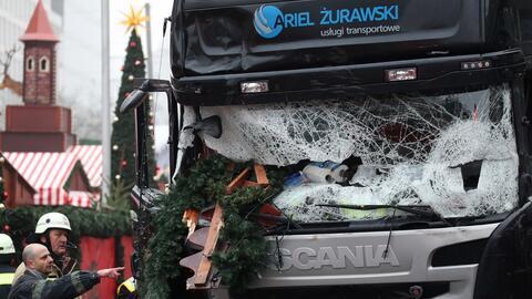 Bomberos examinan un camión dañado en Berlín, Alemania, martes 20 de dic...