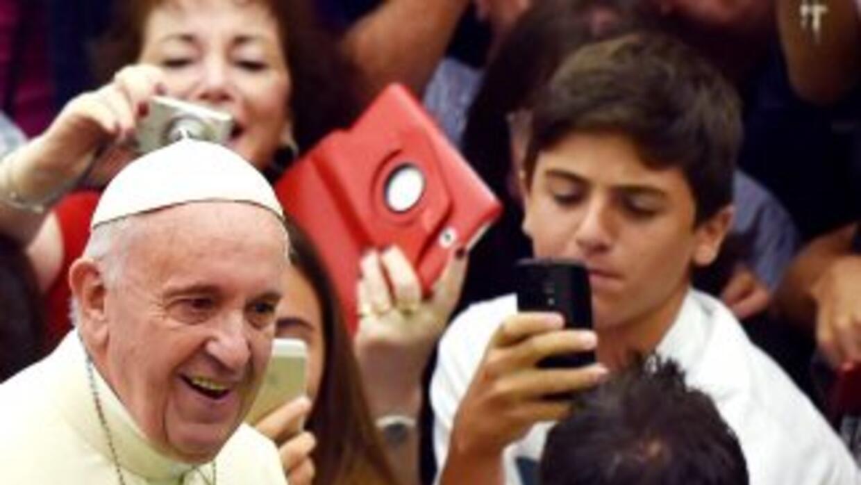 El Papa Francisco rodeado de fieles durante la audiencia de los días mié...