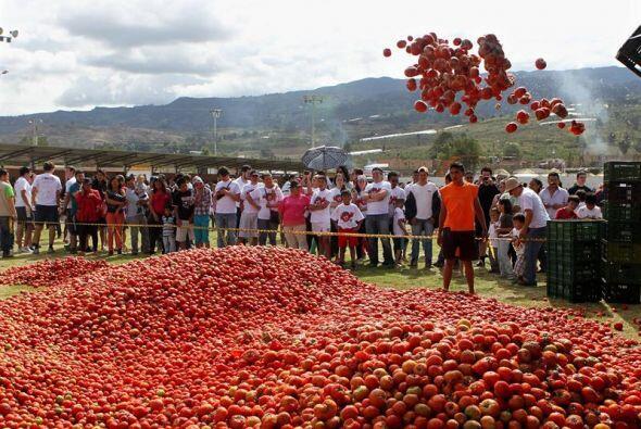 Miles de personas participaron en la octava edición de la tomatina colom...