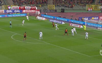 Marouane Fellaini cerca de hacer el gol del año ante Grecia
