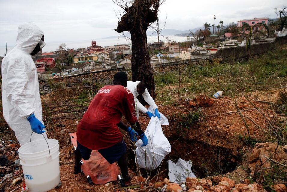 Voluntarios entierran cuerpos de personas fallecidas en Jeremi, ciudad d...