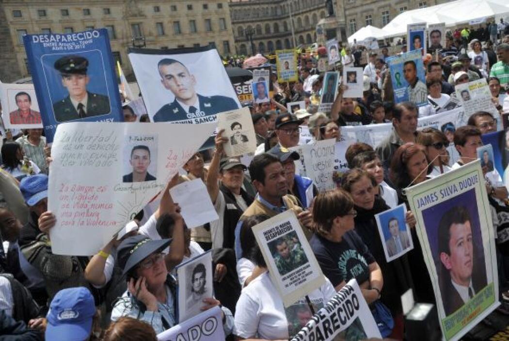 Decenas de familiares de víctimas del conflicto interno de Colombia, se...