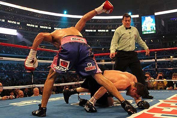 David Díaz cayó dos veces a la lona del Cowboys Stadium, l...