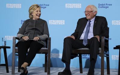 Hillary Clinton y Bernie Sanders en la Universidad de New Hampshire, en...