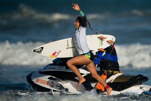 La surfista de 22 años de edad, ha revolucionado el mundo del sur...