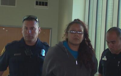 Llevan a la cárcel del condado de Bexar a mujer acusada de causarle la m...