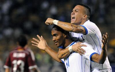 Arnold Peralta celebra un gol.