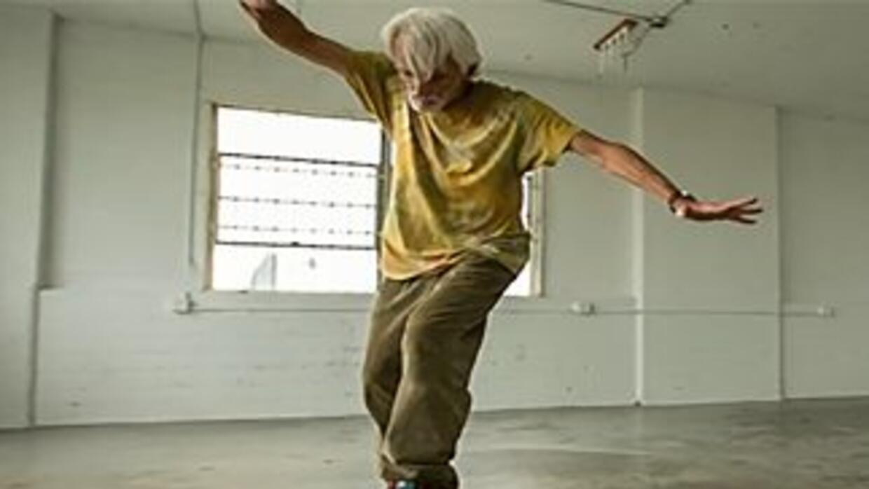 Neil Unger, un skater de 61 años, protagoniza el video Young and Unafrai...