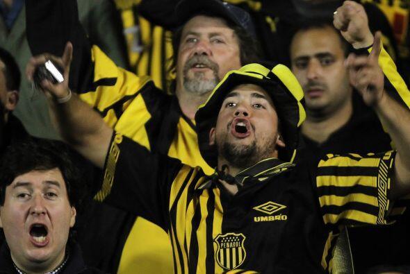 Los que si celebraron la victoria fueron los hinchas de Peñarol, como pa...