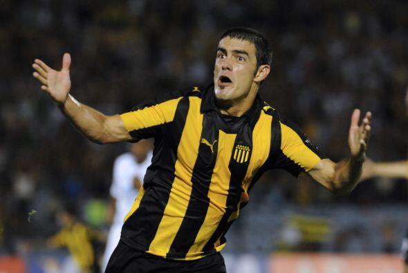 El legendario Peñarol, con gol del volante Luis Aguiar, derrotó al encum...