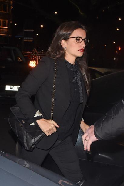 Penélope llegó vestida de negro y con un color muy rojo en...