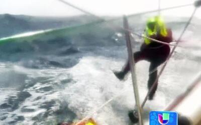 Asombroso rescate de un marinero que cayó al agua