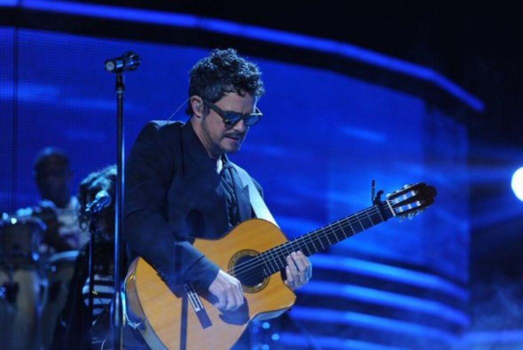 Aquí lo vemos con su inseparable guitarra con la que hace magia al tocarla.