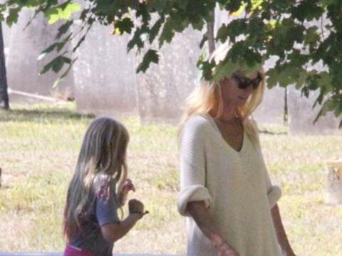 Encontramos a Gwyneth Paltrow paseando con sus hijos.