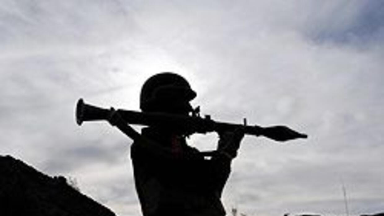 Un miembro de un grupo paramilitar vigila una zona remota en Pakistán, d...